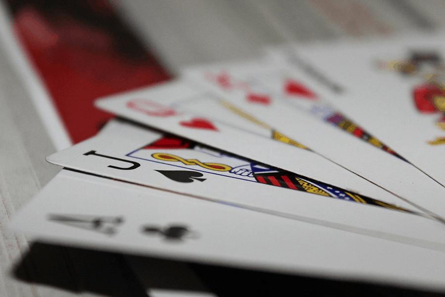 Tập trung quan sát đối thủ trên bàn Poker có phải là ý hay?
