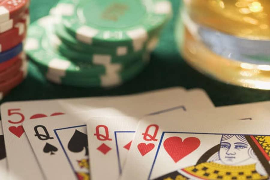 so sanh hai nen tang blackjack: truc tuyen va ngoai tuyen