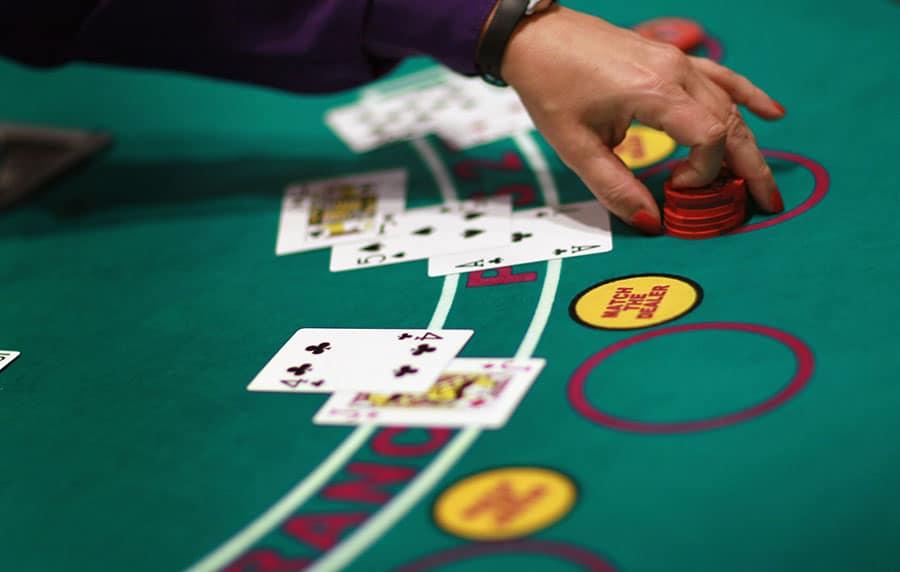 tom tat ve cac tuy chon trong blackjack: tay bai mem - chia doi - nhan doi